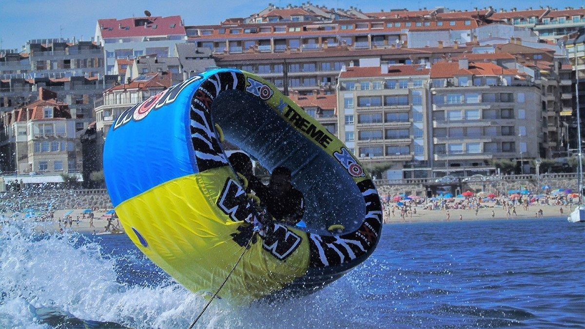 xo xtreme sanxenxo saltando sobre una ola